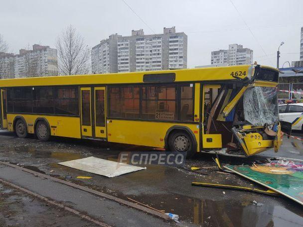 ВКиеве маршрутка протаранила фургон: появились фото ивидео
