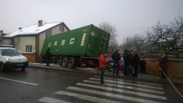 Под Львовом грузовой автомобиль влетел в дом