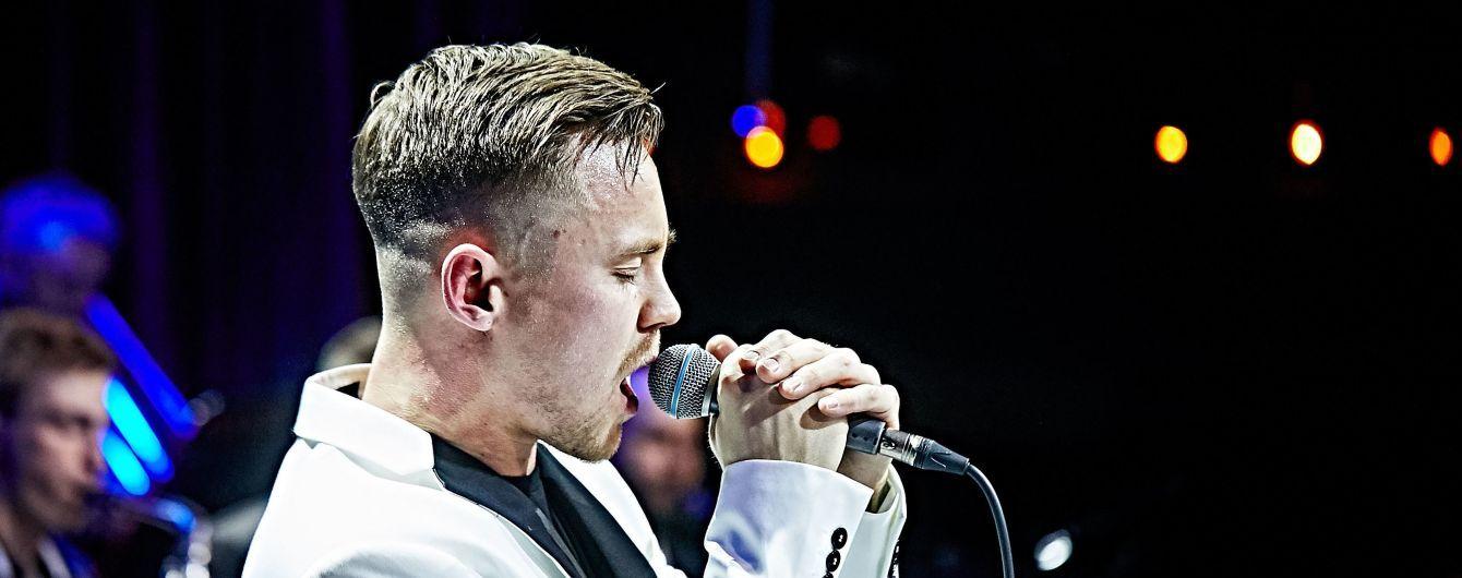 В белом костюме и черной футболке: обаятельный Артем Пивоваров выступил с оркестром