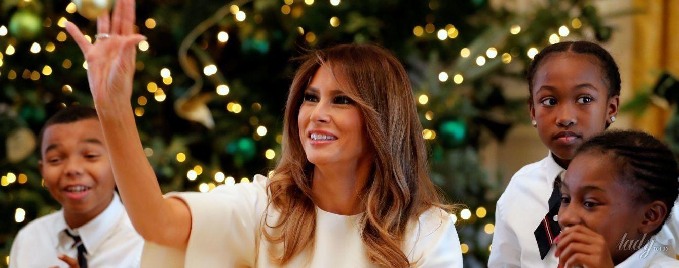В красивом платье и золотых туфлях: Мелания Трамп с детьми создала рождественские украшения