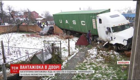 Многотонный грузовик едва ли не протаранил жилой дом на Львовщине