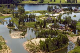Власне озеро, ландшафтний дизайн та особлива філософія: в Латвії розбудовують лісове екоселище