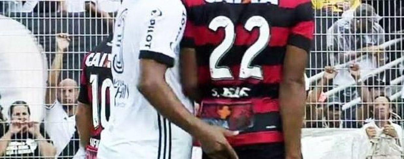 Бразильського футболіста вилучили з поля за спробу засунути палець в одне місце супернику