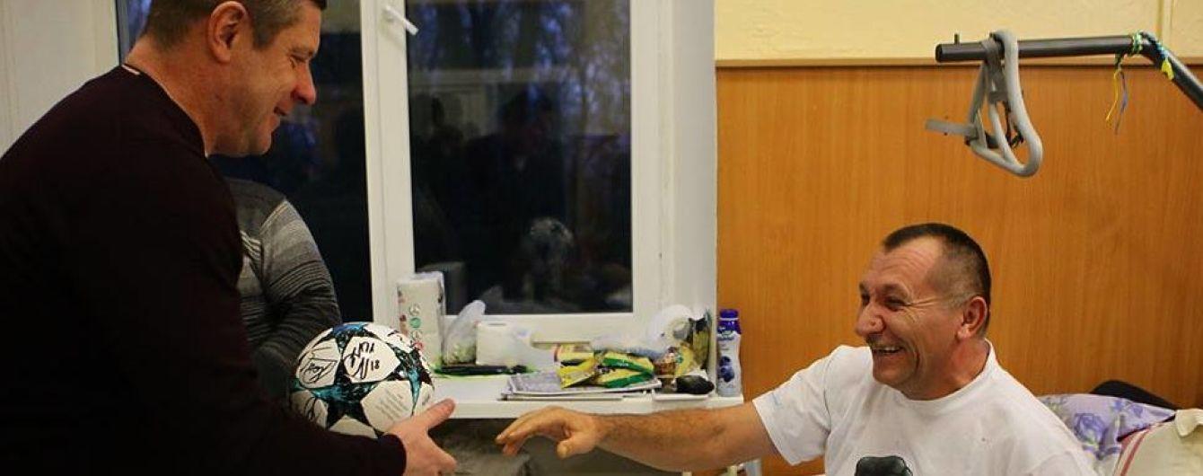 """Футболисты """"Динамо"""" проведали раненых бойцов АТО"""