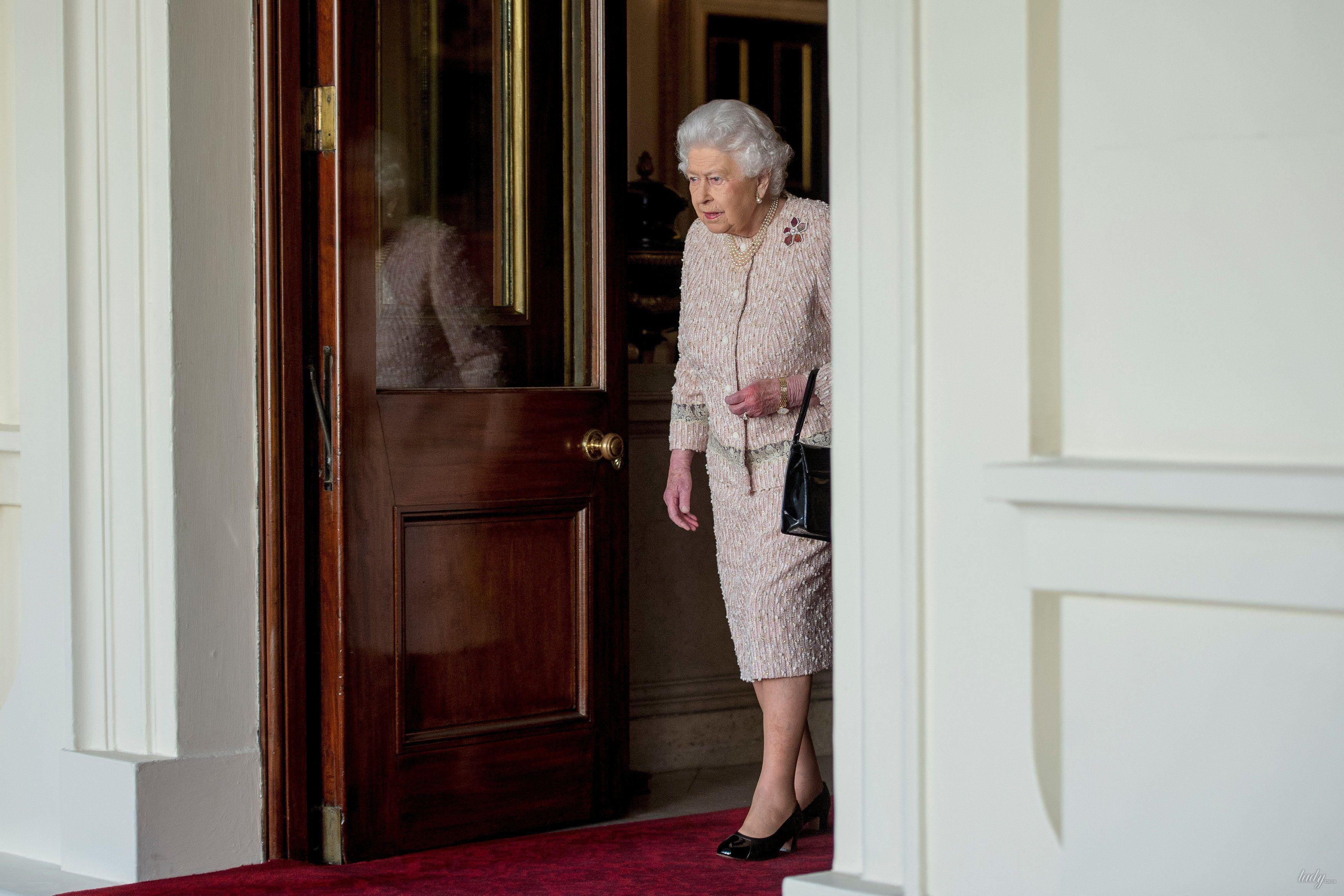 Королева Елизавета II и принц Уильям _3