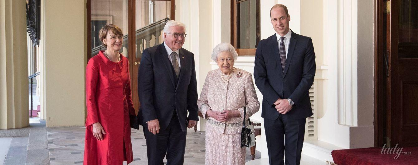 Стильная королева Елизавета II в новом нежном образе сходила на ланч с президентом Германии
