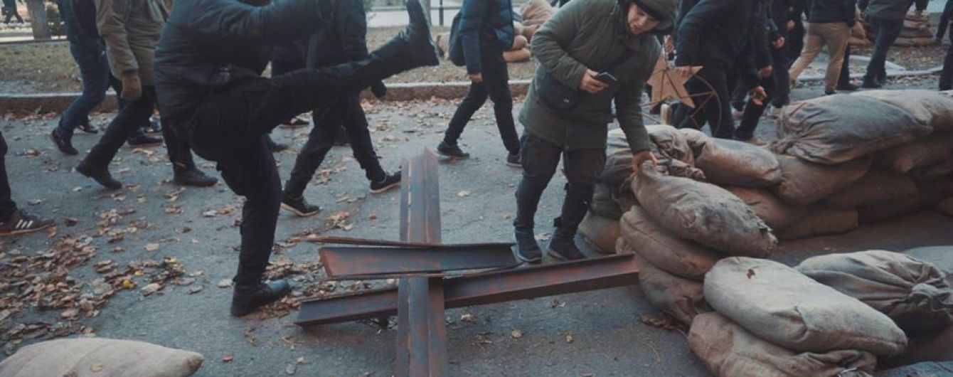 """У Харкові активісти """"Нацкорпусу"""" розтрощили знімальний майданчик серіалу про НКВС"""
