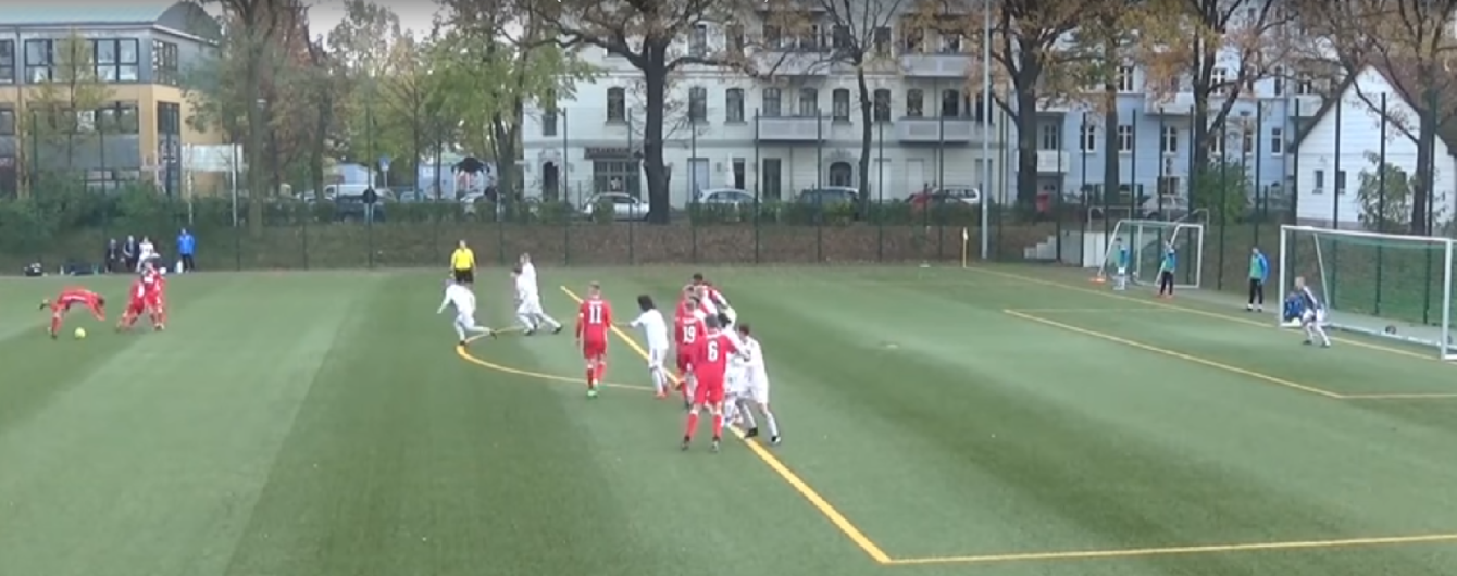 Юні футболісти німецького клубу забили гол після незвичайного розіграшу штрафного удару