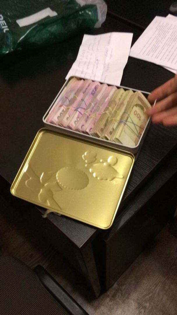 """""""Сладкая"""" взятка. На Киевщине застройщик принес следователю $ 10 тысяч в коробке из-под конфет"""