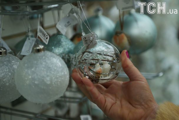 Регулировщик в костюме Санта Клауса и сказочные аттракционы: как мир готовится к новогодним праздникам
