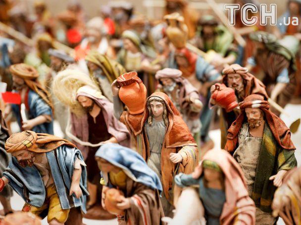 Регулювальник у костюмі Санта Клауса та казкові атракціони: як світ готується до новорічних свят