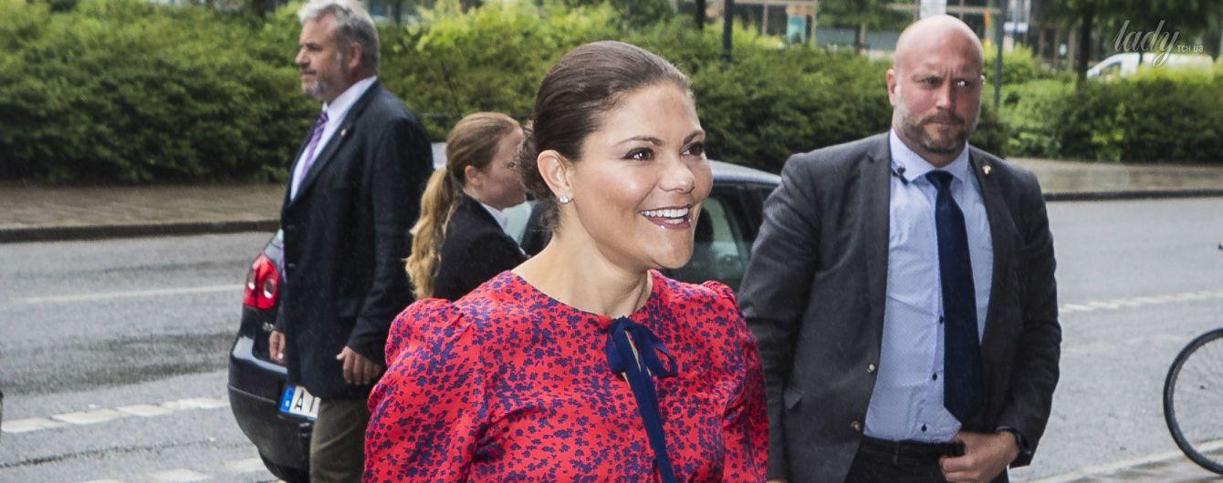 В пестром платье и на шпильках: кронпринцесса Виктория прибыла на продовольственный форум в красивом образе