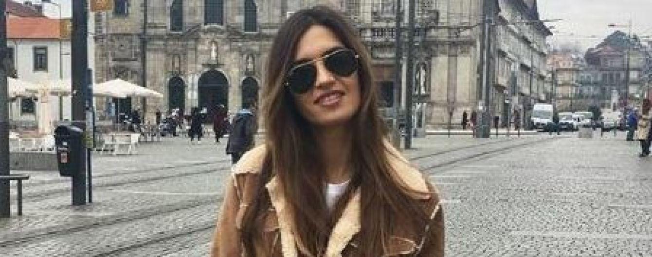 Утеплилась: Сара Карбонеро в стильной дубленке гуляет по Порту