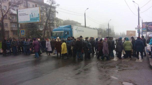 В Николаеве десятки людей перекрыли движение транспорта по мосту из-за долга по выплате зарплат