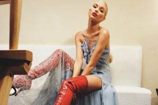 В платье со шлейфом и красных ботфортах: Эльза Хоск на вечеринке Victoria's Secret