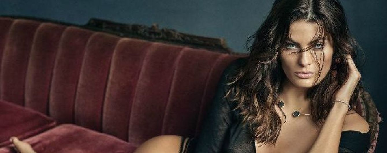 В прозрачной блузке на голое тело: сексуальная Изабели Фонтана в новой фотосъемке