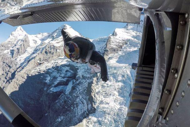 Red Bull зняв неймовірне відео екстремалів, які зістрибнули з гори й на ходу влетіли до кабіни літака