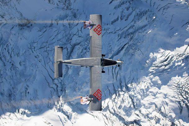 ВІДЕО: Екстремали стрибнули згори і залетіли у літак