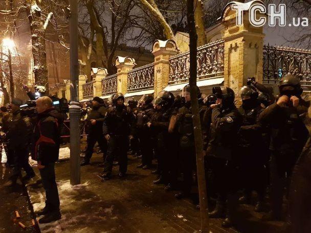 Річниця розгону Майдану. У Києві в урядовому кварталі зібралися три сотні активістів зі смолоскипами