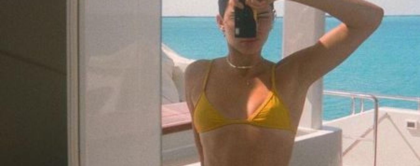 Модели на отдыхе: Кендалл Дженнер похвасталась фигурой в маленьком желтом бикини
