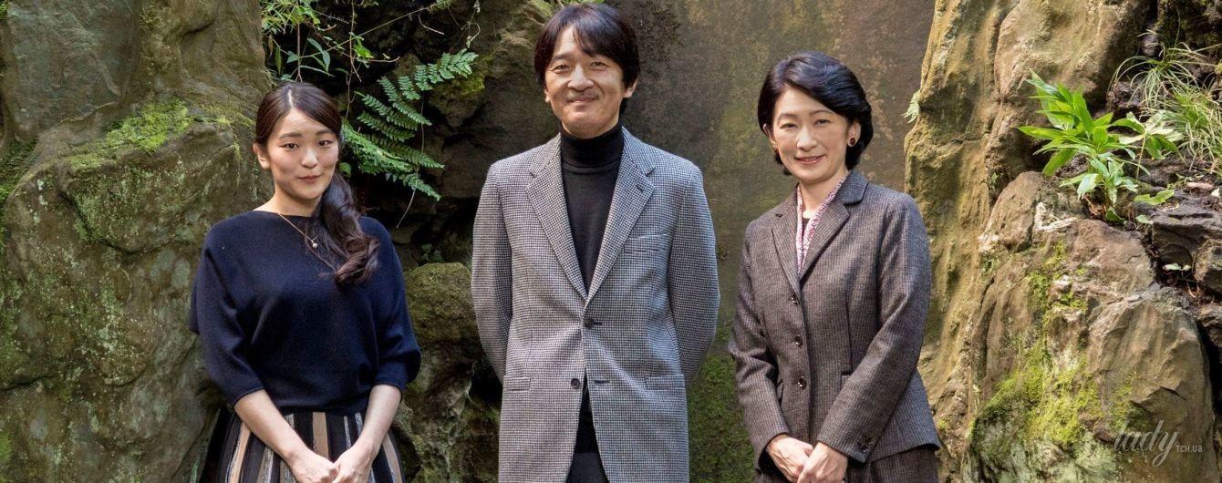 В синем джемпере и полосатой юбке: 26-летняя принцесса Японии Мако в семейной фотосессии