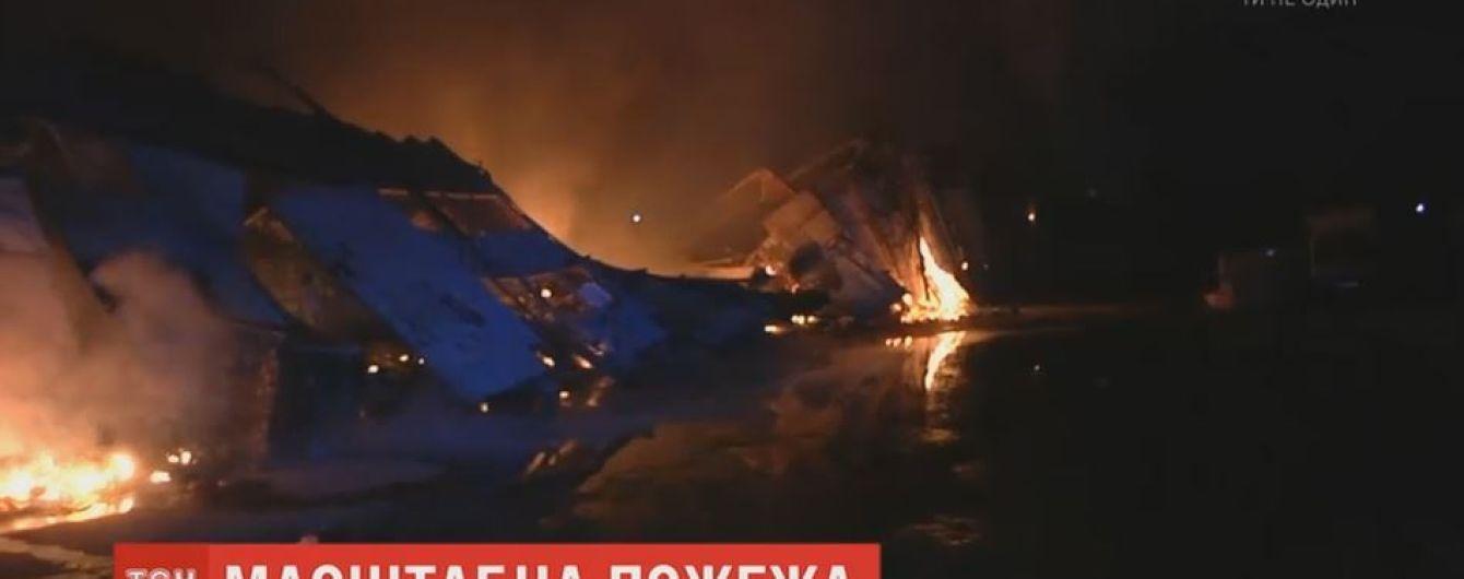 В Одесі три години не могли загасити пожежу на складах побутової хімії