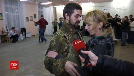 Подготовка к рождественскому балу: ветераны АТО учатся танцевать