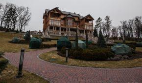 Чотири роки без Януковича: Межигір'ям гуляють туристи з Росії, а поряд відновлюється козацький монастир
