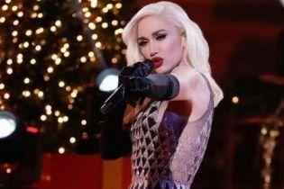 В блестящем мини и ботфортах: Гвен Стефани в новом праздничном образе