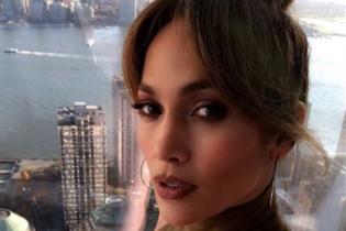 В обтягивающем платье и с пучком на голове: Дженнифер Лопес на съемках фильма