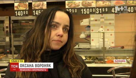 Моется в туалете и делает маникюр: экс-госслужащая три месяца живет во львовском ТРЦ
