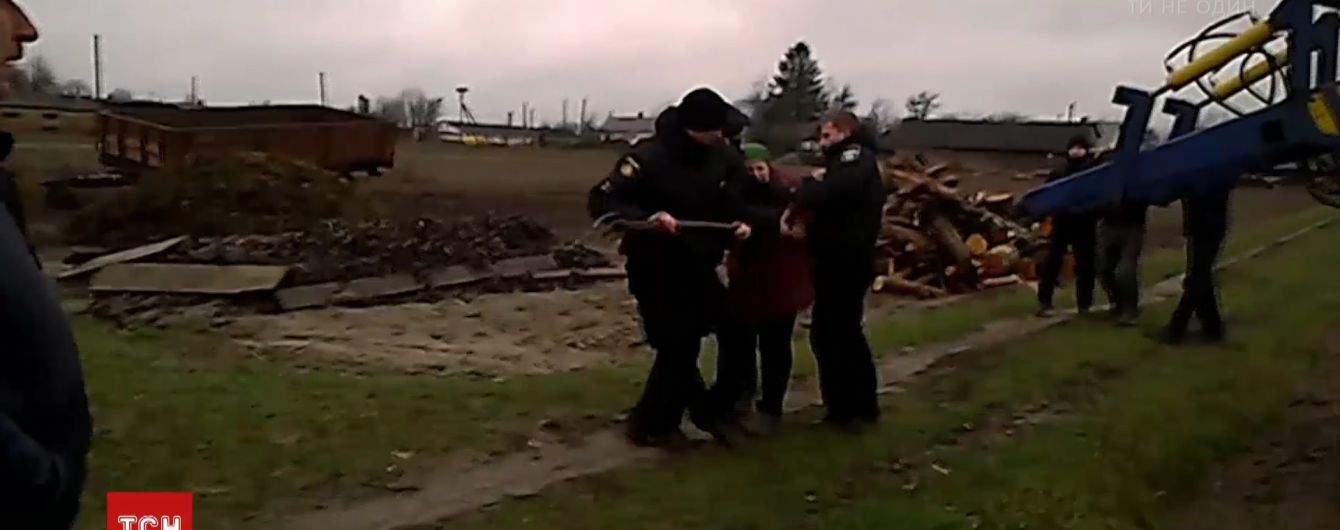 З вилами й колодою селянка проганяла поліцейських із поля на Рівненщині