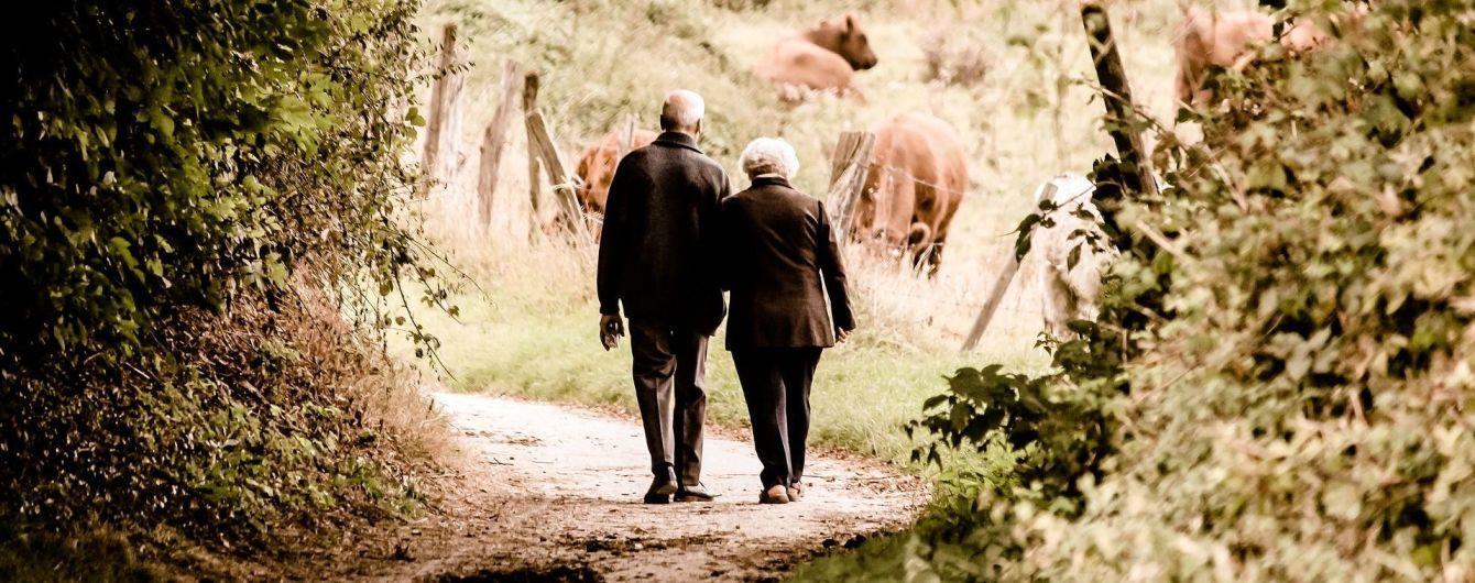 Одруження, здоровий спосіб життя і спілкування з друзями: як попередити старече слабоумство