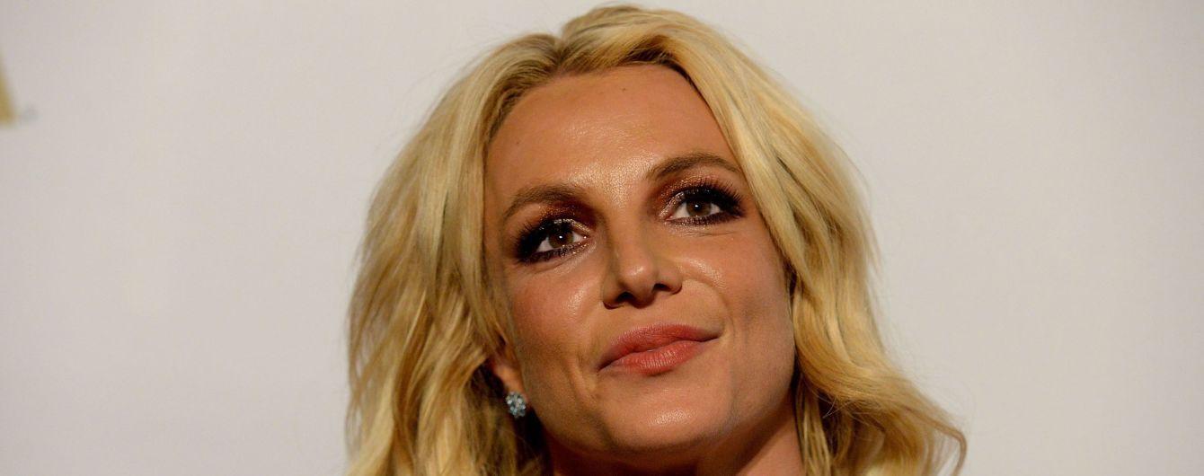 Влюбленная Бритни Спирс с пышным декольте зацеловала молодого возлюбленного