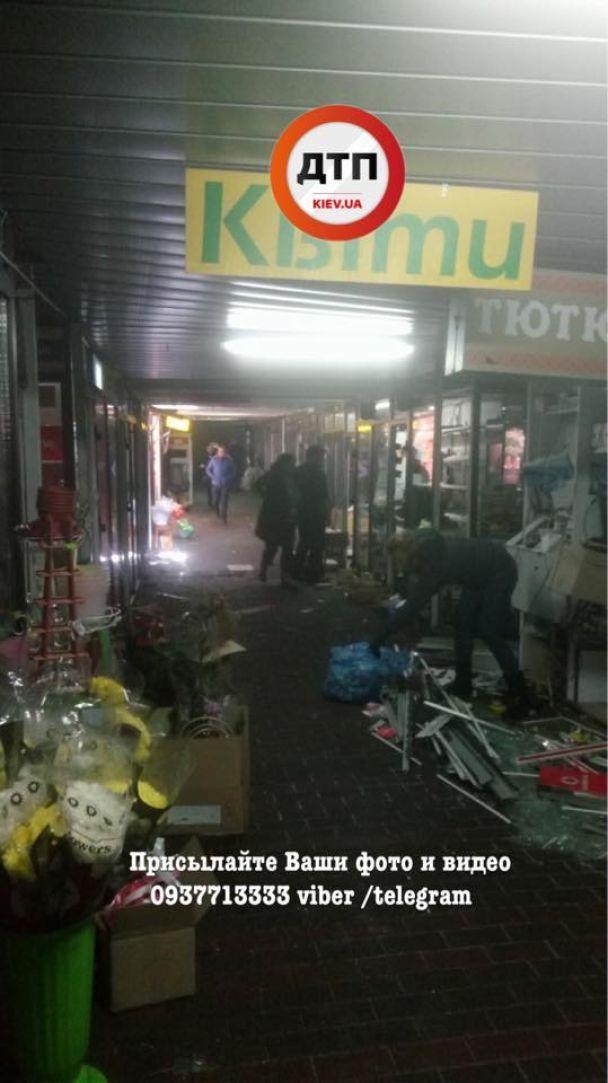 На Севастопольской площади коммунальщики очищают переход от МАФов: продавцы возмущены