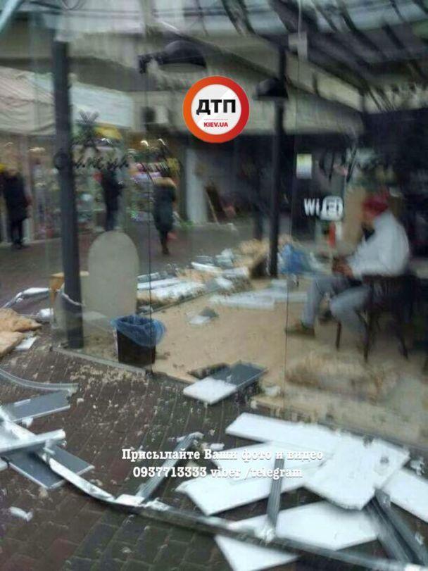 На Севастопольській площі комунальники очищують перехід від засилля МАФів: продавці обурені