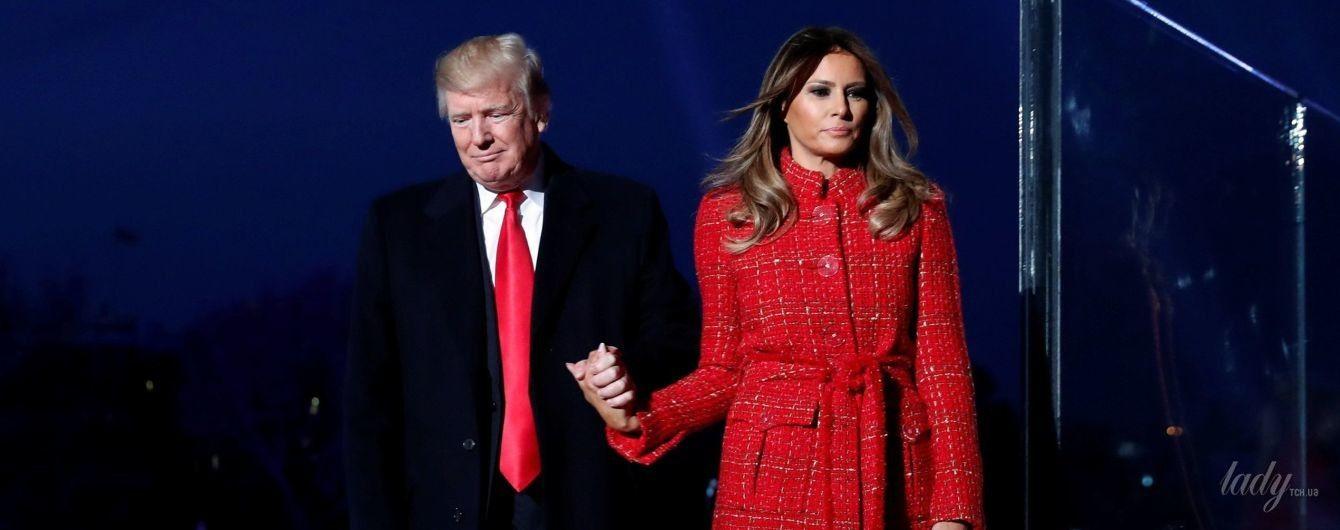 В красном пальто и лубутенах: Мелания Трамп зажгла рождественскую елку