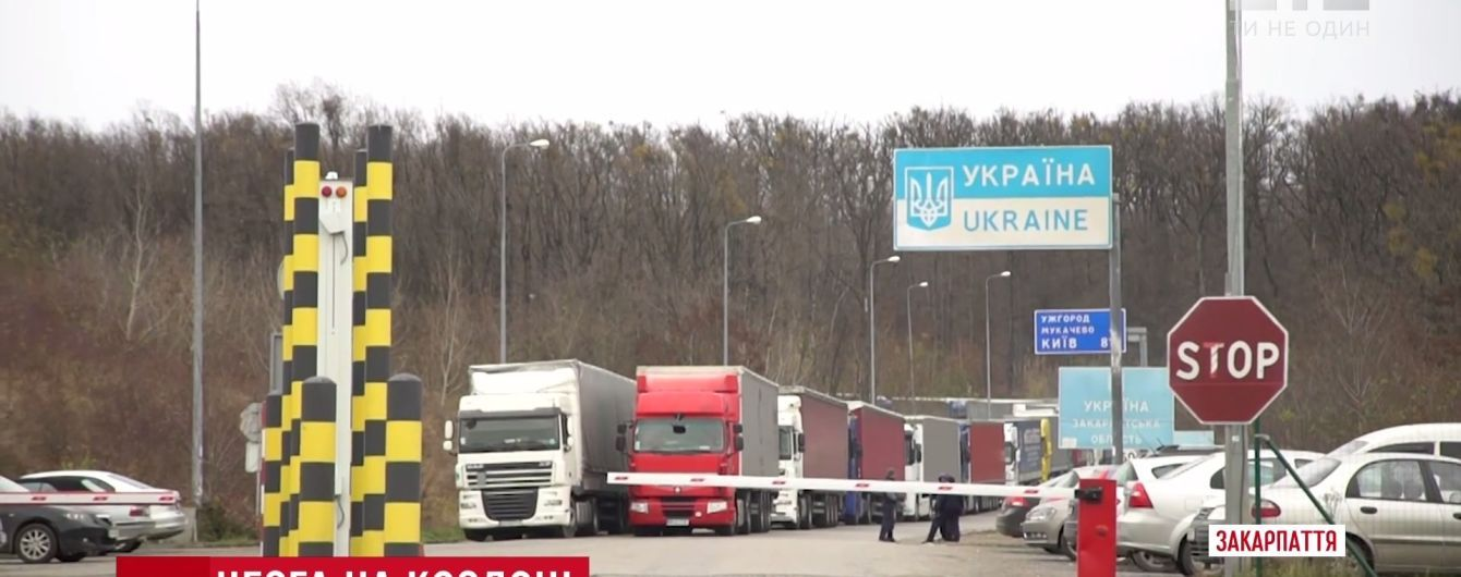 Сотни грузовиков несколько дней стоят в очереди на границе Украины и Словакии