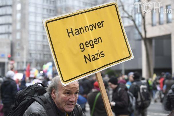 В Германии применили водометы в схватках с противниками праворадикалов