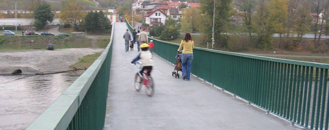 У Празі впав пішохідний міст через Влтаву, є постраждалі