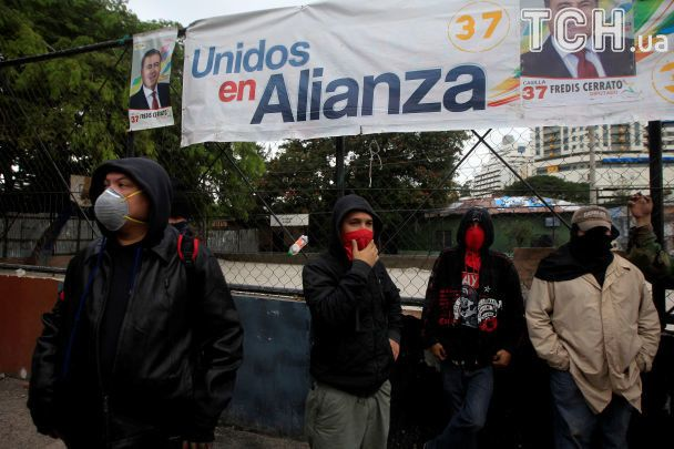 Баррикады на дорогах и столкновения с полицией: в Гондурасе после выборов президента вспыхнули протесты