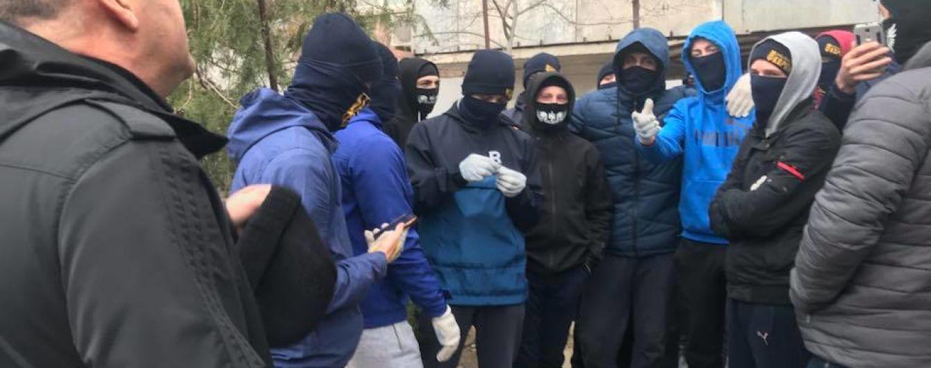 Картинки по запросу Новости Украины. В Херсоне националисты закидали депутата яйцами