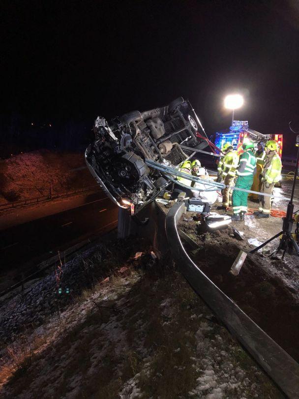 Голыми руками держал грузовик над пропастью: в Англии коп спас водителя от смерти в ДТП