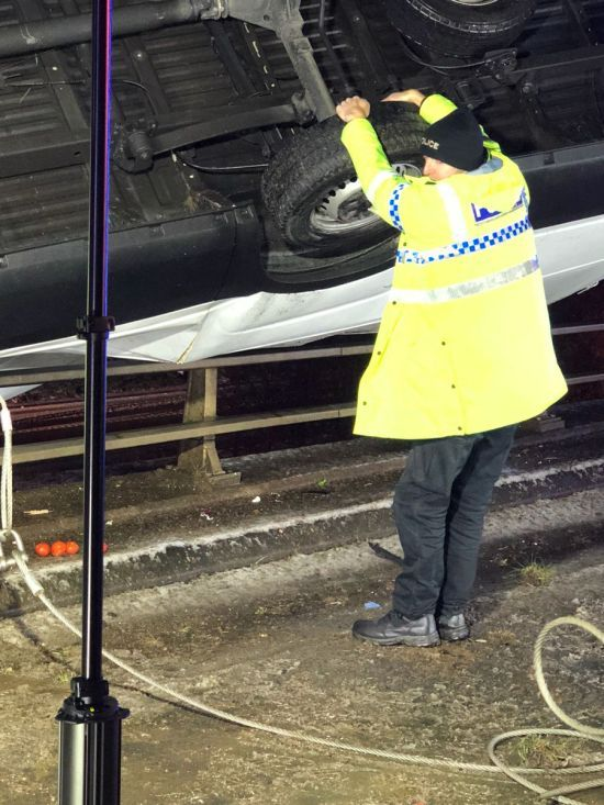 Голими руками тримав вантажівку над прірвою: в Англії коп врятував водія від смерті в ДТП