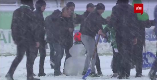 """М'яч замість голови: вболівальники """"Карпат"""" спорудили снігову бабу просто на полі"""