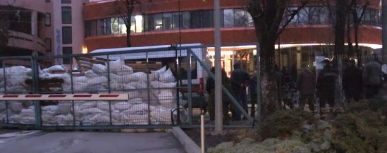 Неизвестные в военной форме заблокировали песком и колючей проволокой здание украинского телеканала
