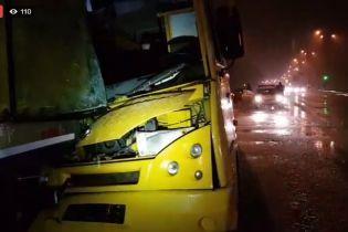 В Киеве маршрутка на полном ходу врезалась в фуру, трое пострадавших