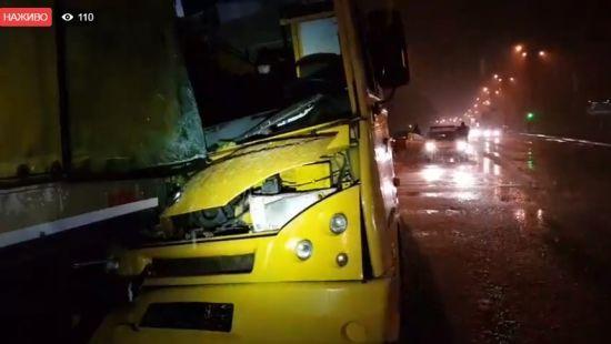 У Києві маршрутка на повному ходу врізалася у фуру, троє постраждалих