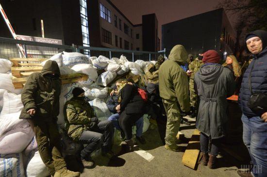 """Активісти зняли блокаду з телеканалу NewsOnе і анонсували блокування """"Інтера"""""""