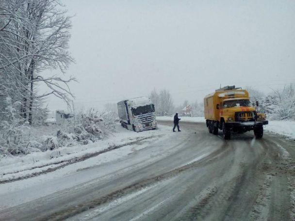 Назападе Украины из-за снегопада запретили движение фургонов